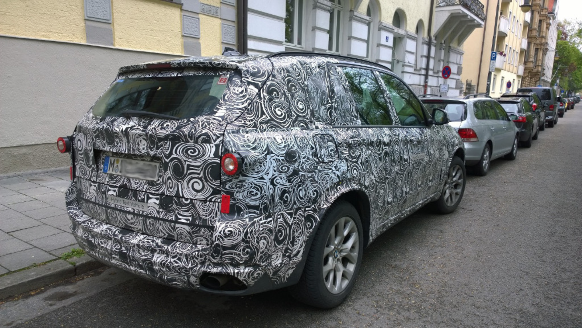 Moniteurautomobilebe Caught The X7 On Prowl In Munich With Typical BMW Psychedelic Camouflage SAV Appears To Be Very Similar X5